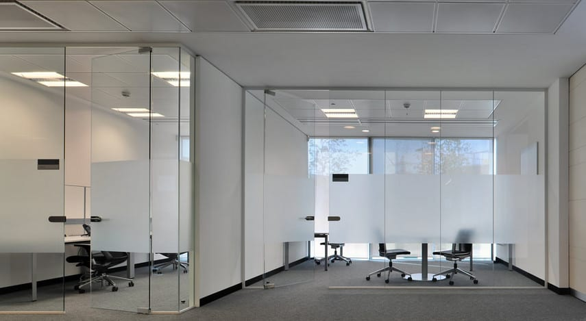 partitions workspace in your office with frameless glass